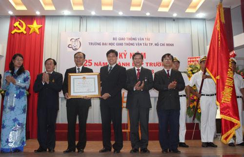 Trường vinh dự đón nhận Huân chương Độc lập hạng ba năm 2013
